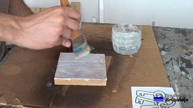 gel medio aplicado sobre la madera