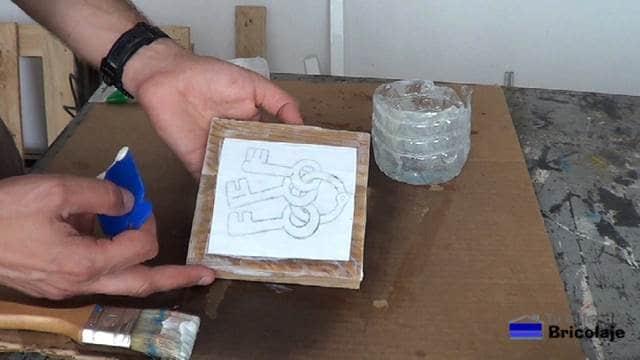 imagen colocado sobre el gel medio sobre la madera