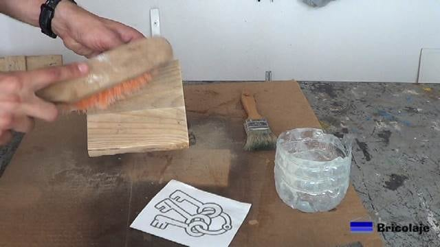 limpiando la madera después del lijado