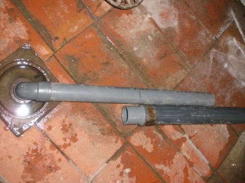 comprobando a simple vista el tubo necesario hasta llegar al desagüe