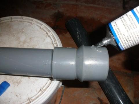 pegando los tubos entre sí con pegamentos para pvc