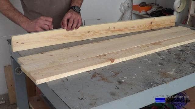 trazando para taladrar el canto de los listones de madera de palets