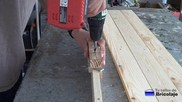usando la guía para unir madera