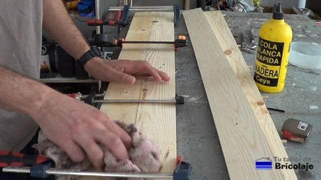 limpiando el excedente de cola de carpintero