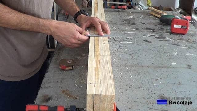 corriendo el trazo realizado en la madera de palet