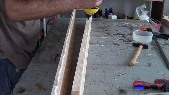 añadiendo cola de carpintero a la madera de palet para unirla