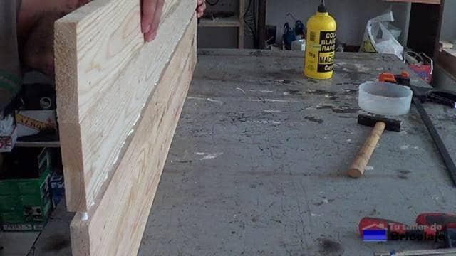 juntando los listones de madera de palet para unirla