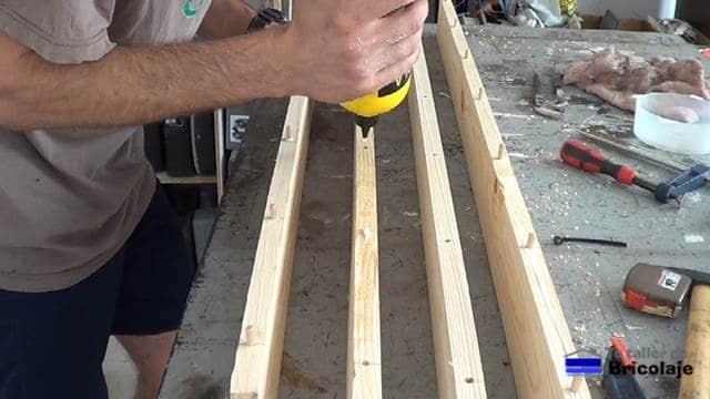 encolando los agujeros para unir las maderas de palets
