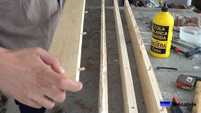 encolando la madera de palets para unirla