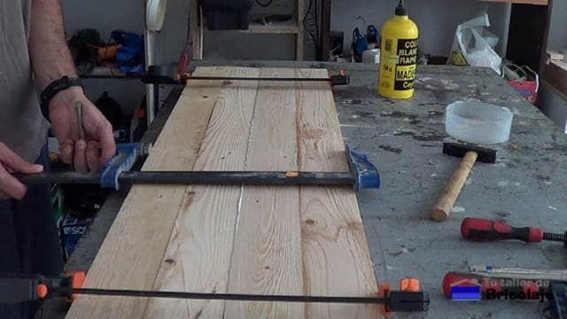 sujetando la madera de palet con sargentos