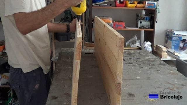 encolando los cantos de la madera para unirla