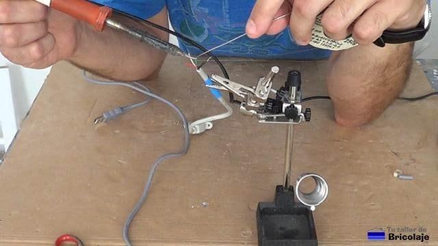 estañando las puntas de los cables usb