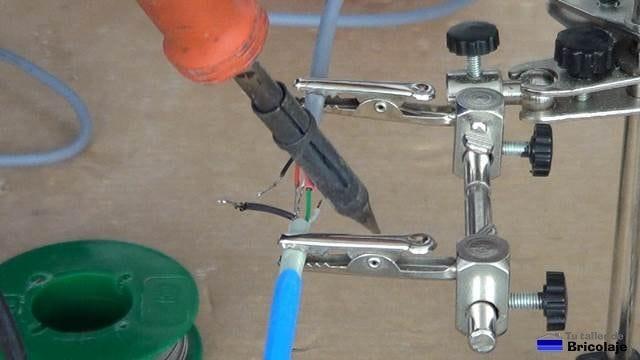 dando calor a la funda termoretractil para aislar los cables usb