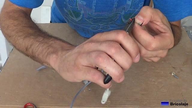 pelando las puntas del cable usb