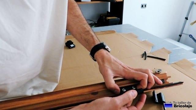 colocando las bisagras de la ventana de aluminio