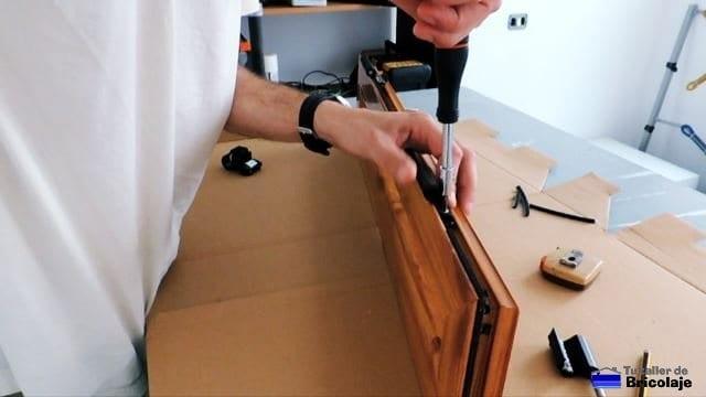 atornillando las bisagras a la ventana de aluminio
