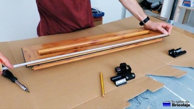 marcando la mitad de la hoja de la ventana para colocar el sistema de cierre llamado golpete