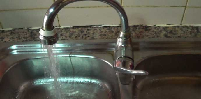 Cómo reparar un grifo de cocina que pierde agua