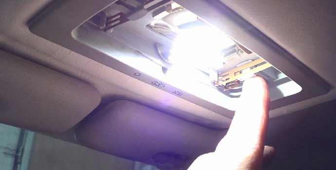 cómo sustituir bombillo interior del coche por bombillo led