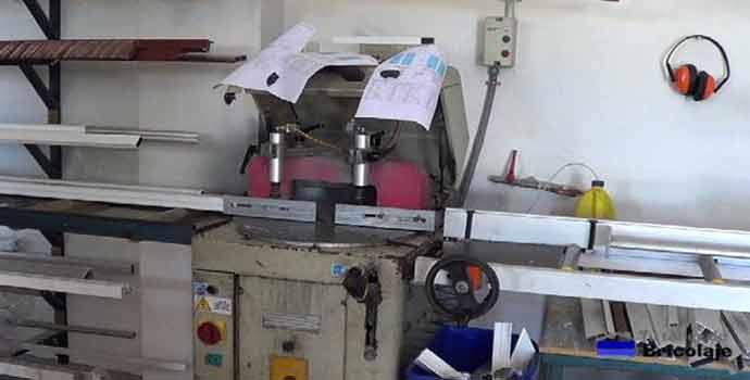 máquinas en un taller de aluminio profesional