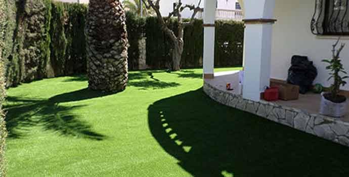 Instalar c sped artificial en el jard n ventajas y for Jardines de cesped artificial