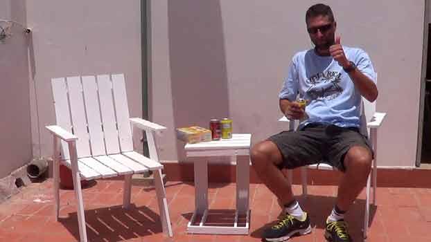 Probando las sillas y mesa auxiliar de terraza de palets