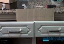 plantilla casera para colocar tiradores a los muebles de la cocina