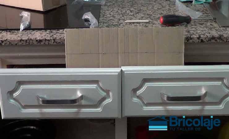 Plantilla casera para colocar tiradores a los muebles de la cocina ...