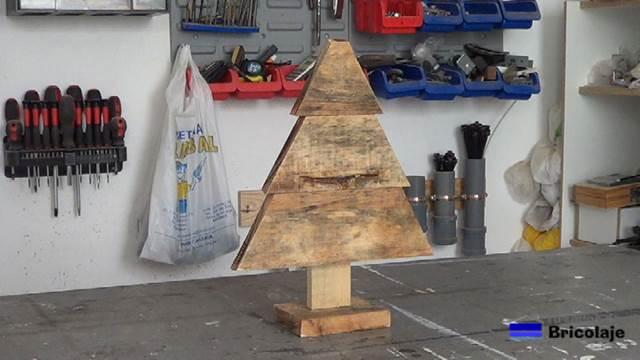 C mo hacer un sencillo rbol de navidad con palets - Arbol de navidad sencillo ...