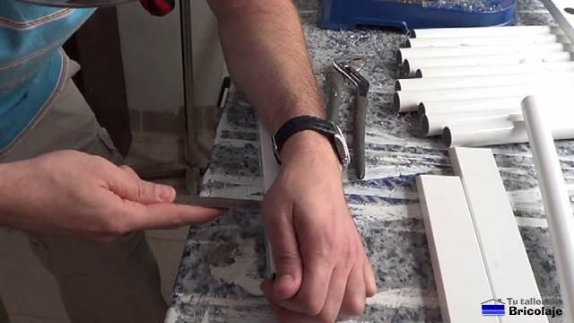 limando el hueco para poder insertar los tubos