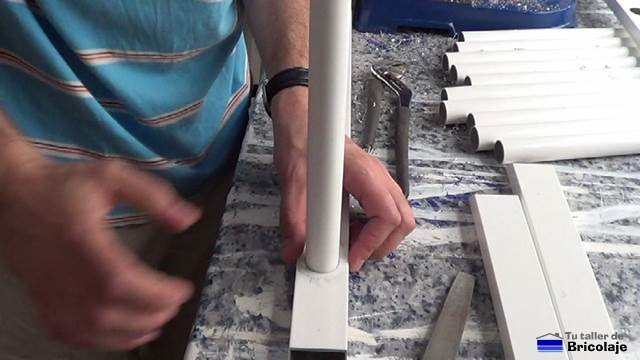 colocando el tubo en el cuadradillo para formar la reja