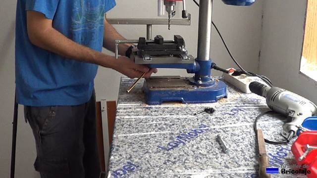 marcando la base para perforar y posteriomente sujetar a la mesa del taladro de columna o soporte para taladro