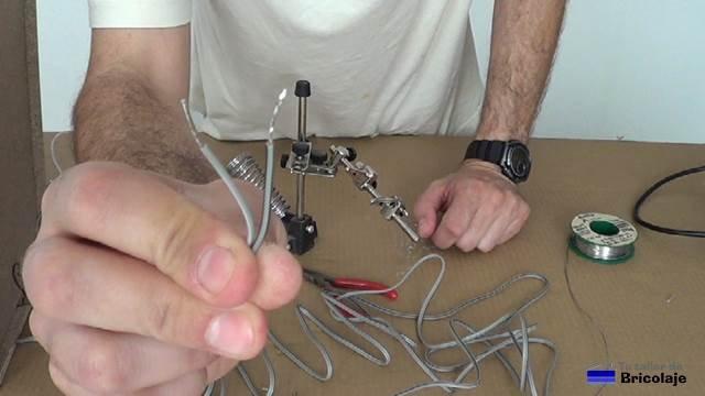 puntas del cable de audio preparadas para insertar en el aparato musical