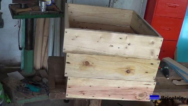 presentando las partes para formar la jardinera escalonada de madera de palets