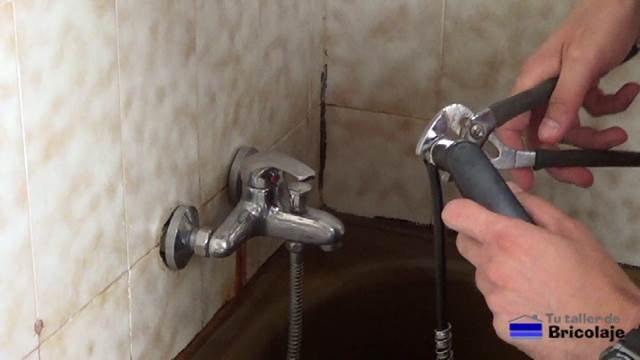 aflojando el telefonillo del flexo o manguera de la ducha con la mordaza