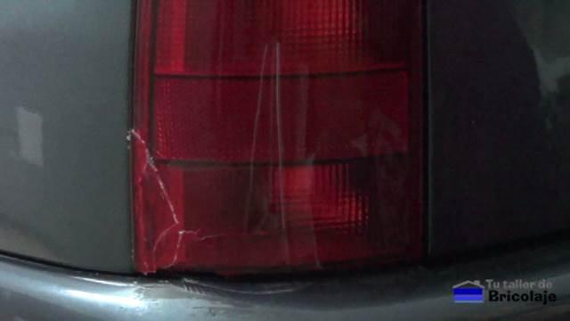 pequeña reparación de la óptica trasera de un coche