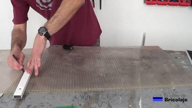 marcando la plancha de policarbonato