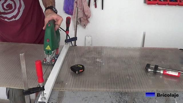 cortando la plancha de policarbonato con una sierra de calar