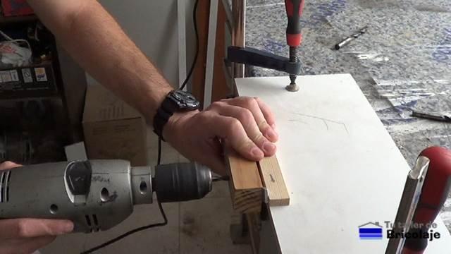perforando un agujero de 6 mm usando la guía para colocar tarugos o espigas