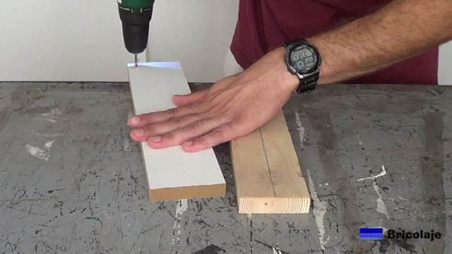 perforando la madera para hacer camino al tornillo