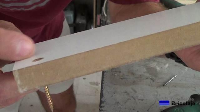 tornillo en el agujero avellanado en la madera