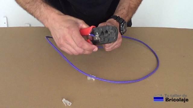 cortando la cubierta del cable de red