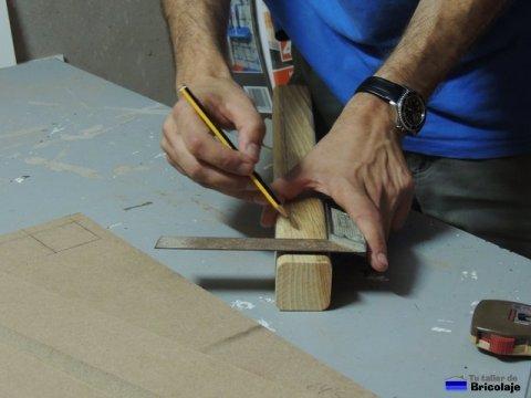 marcando el lugar donde taladrar para colocar los tarugos