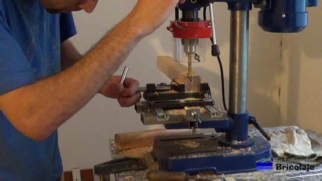 realizando la caja con la escopleadora casera que me he fabricado