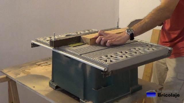cortando madera para obtener las patas para la mesa centro
