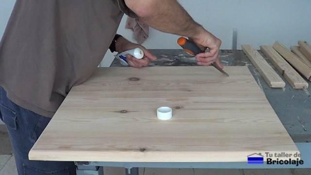 aplicando masilla para madera para tapar agujeros y grietas