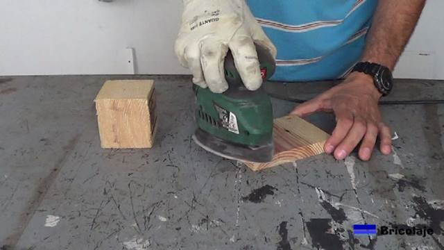lijando la madera de palet para hacer la lámpara