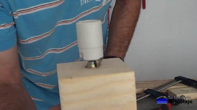 colocando el casquillo cerámico en la varilla roscada hueca