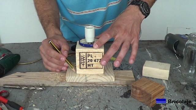 centrando el taco en el trozo de madera