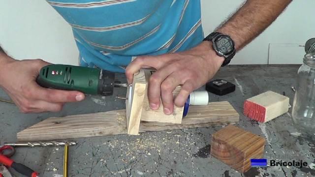 atornillando la base al trozo de madera